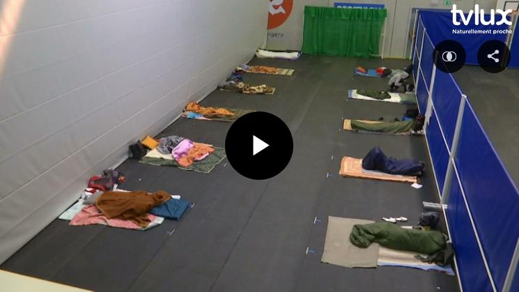 Léglise - le hall sportif accueille provisoirement des transmigrants